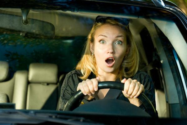 Девушка держит руль сверху