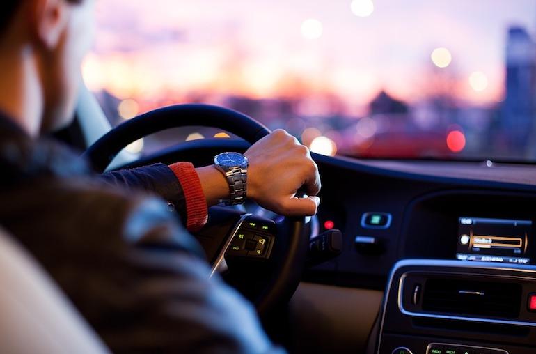 Водитель рулит левой рукой