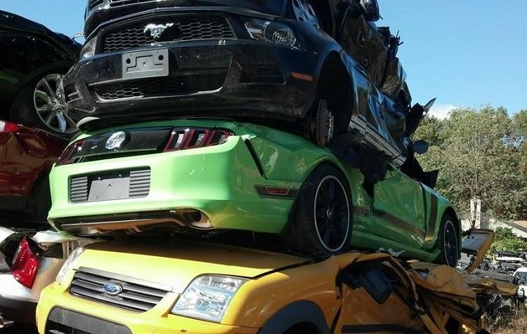 Машины свалены друг на друга