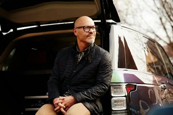 Бондарчук сидит в багажнике авто