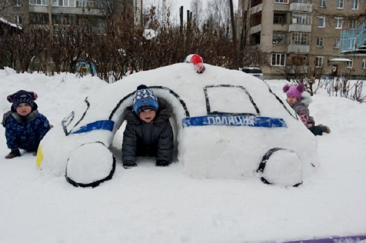 Дети в машине из снега