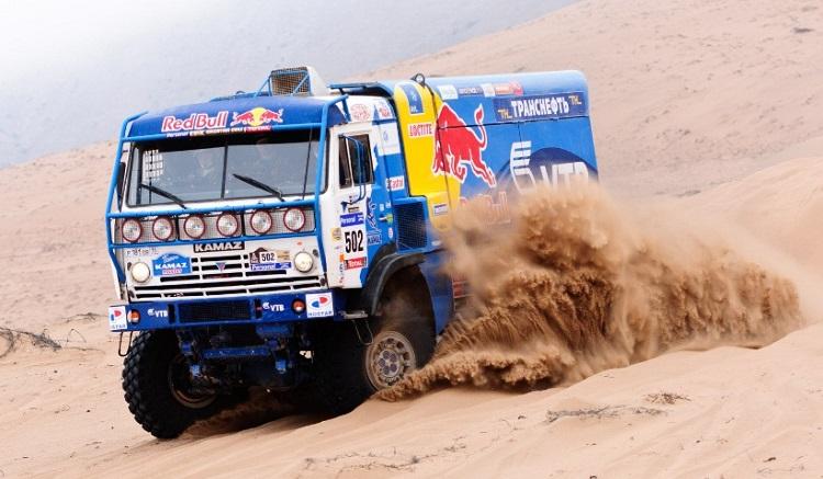 КАМАЗ едет по песку