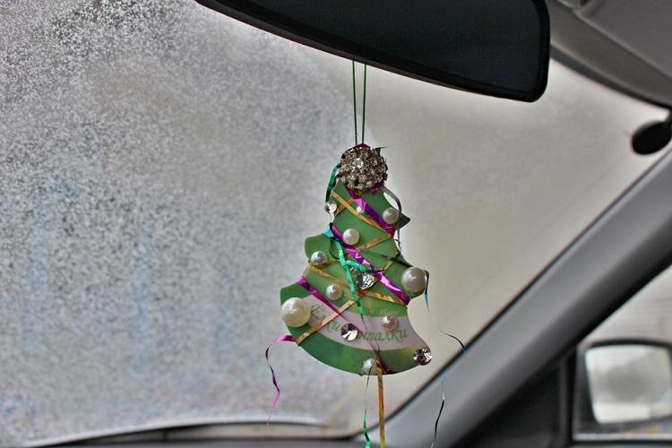 Сувенирная елочка в автомобиле