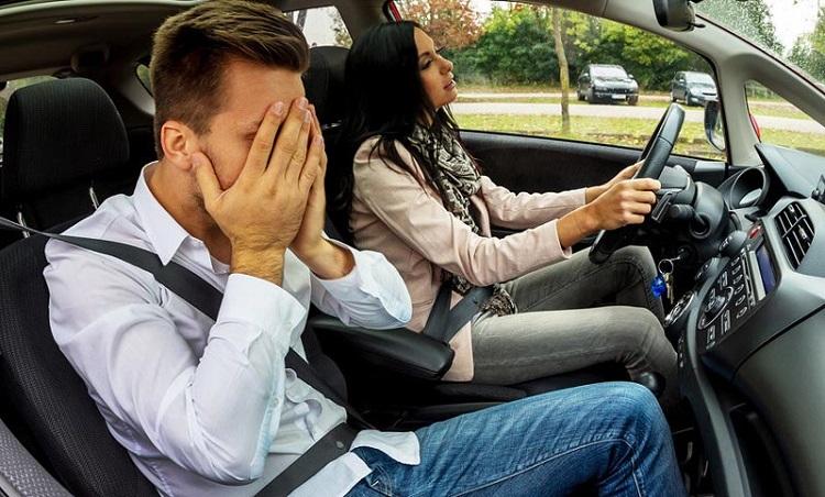 Девушка за рулем, мужчина закрыл лицо