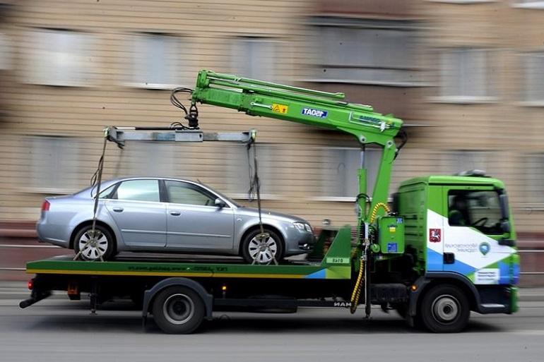 Эвакуатор забирает машину