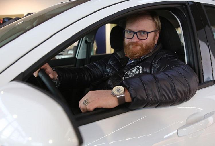 Депутат Милонов за рулем авто