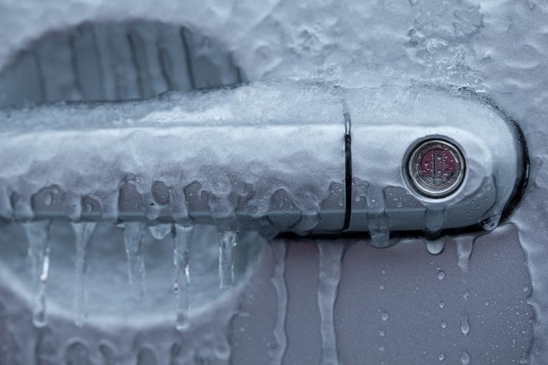 Замерзший замок двери авто