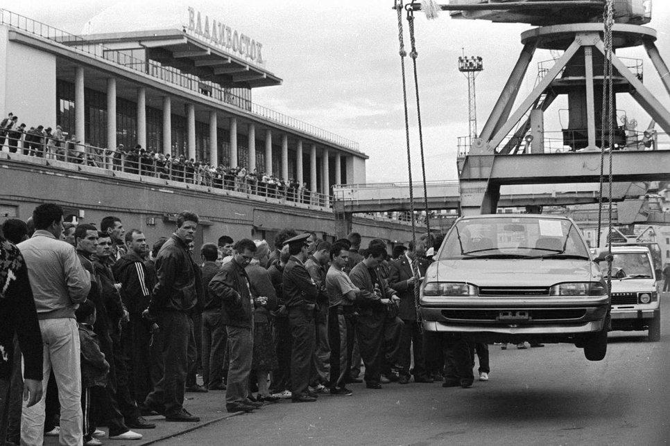 Погрузка машины, черно-белое фото