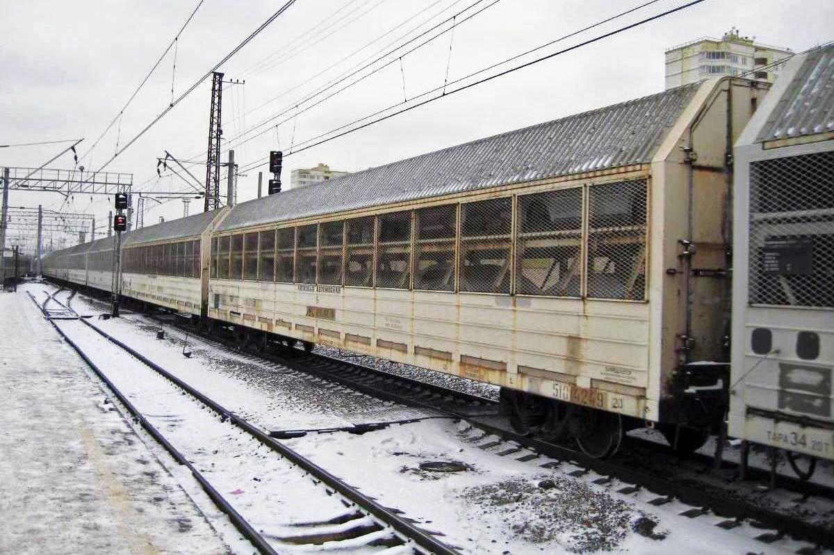 Поезд и заснеженные рельсы