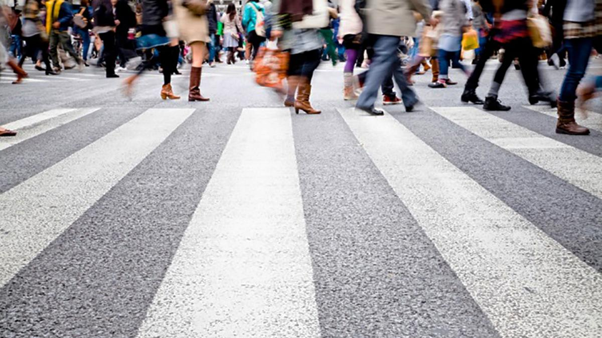 Много людей на пешеходном переходе