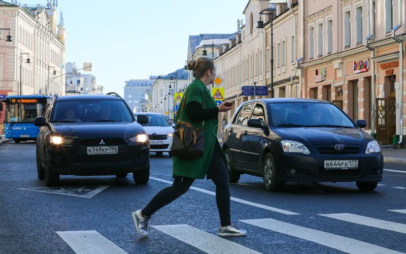 Девушка идет по пешеходному переходу