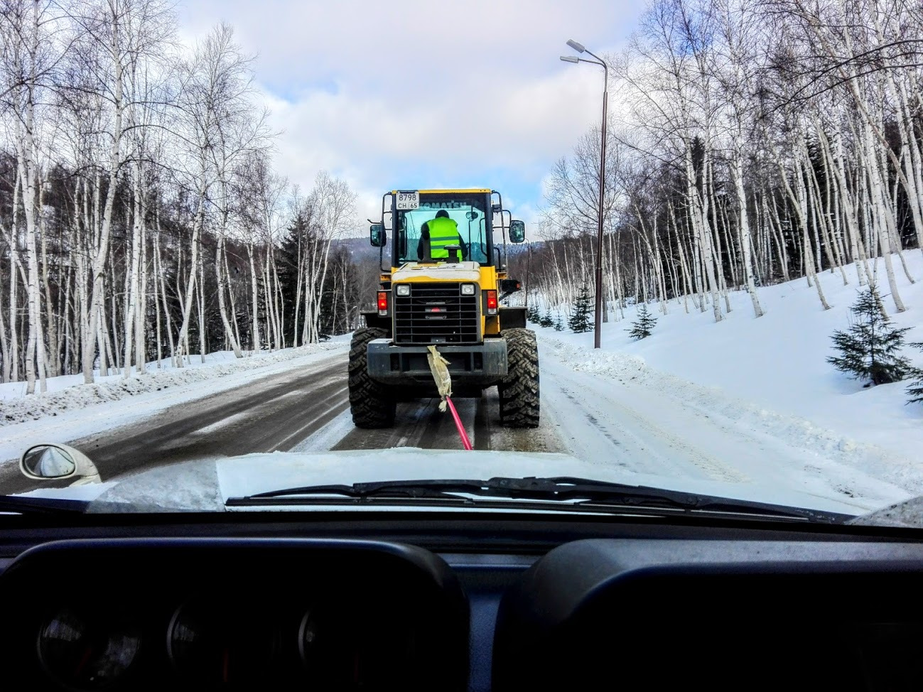 Трактор везет авто на буксире