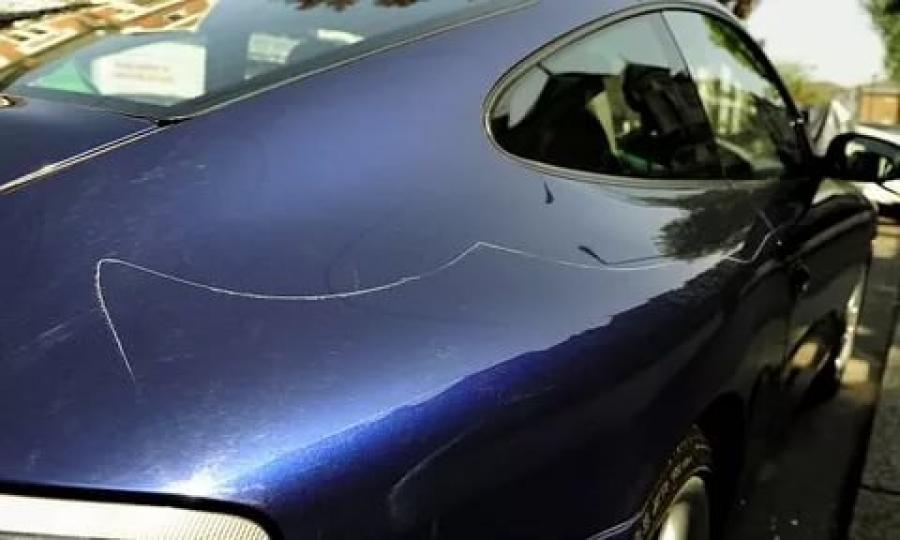 Царапина на капоте авто