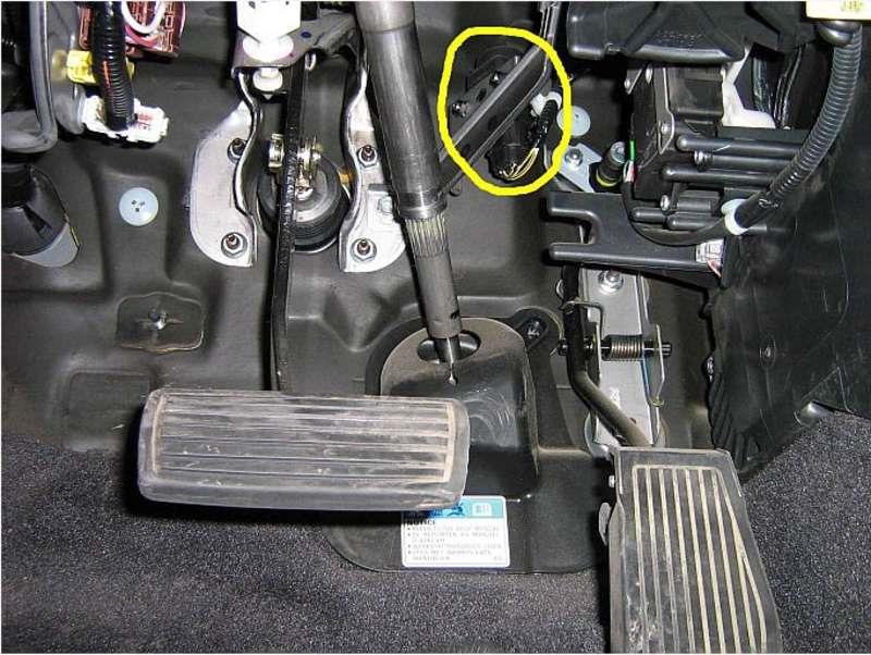 Выключатель подачи топлива над педалями авто