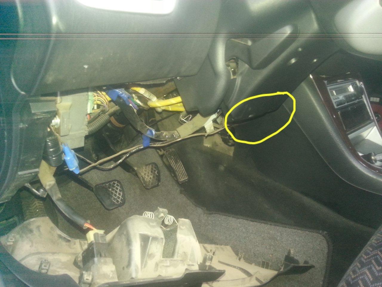 Кнопка прекращения подачи топлива справа от водителя