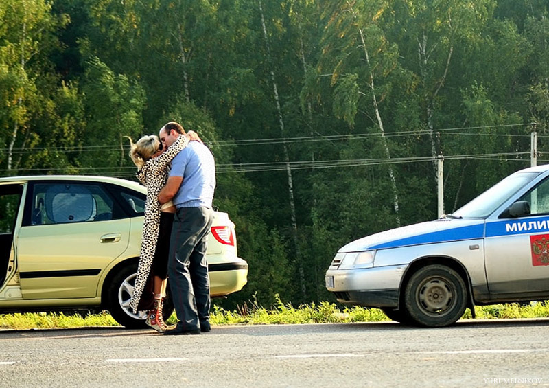 Инспектор ГАИ целуется с девушкой