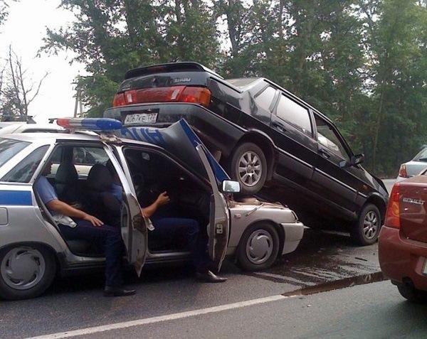 Автомобиль ГАИ поднял на себя Ладу