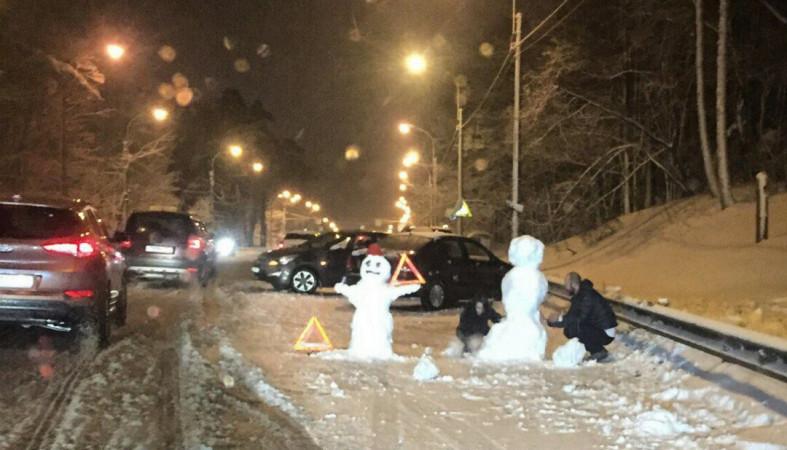 Снеговики держут знак аварийной остановки