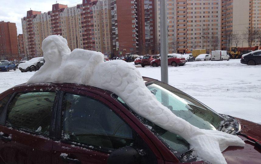 Снежная русалка на машине