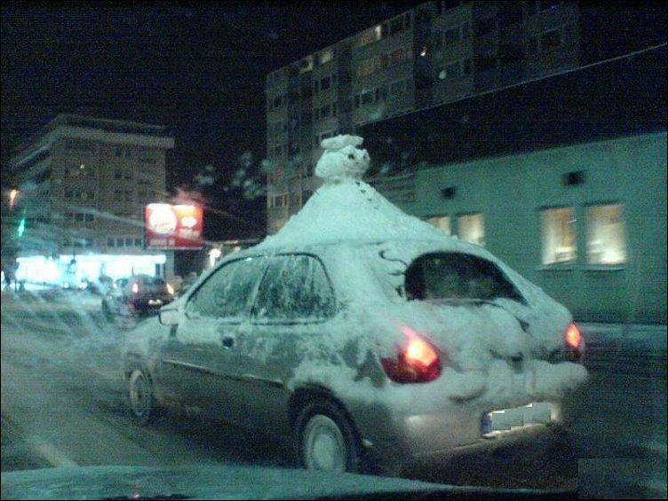 Снеговик на крыше авто