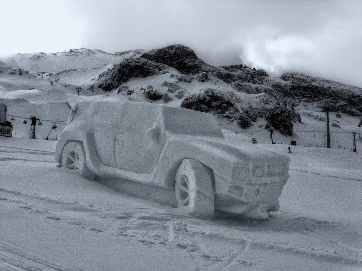 Автомобиль, вылепленный из снега