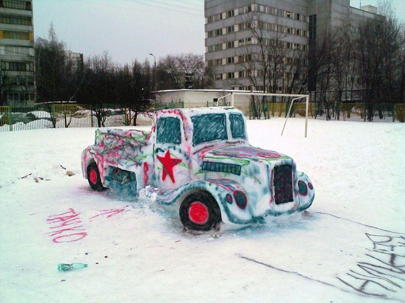 Автомобиль со звездой из снега