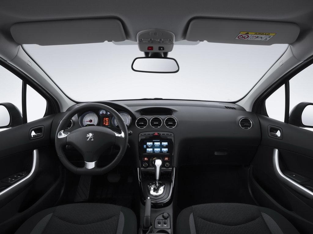 Салон и панель приборов Peugeot 408