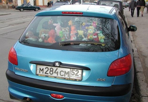Игрушки в заднем стекле авто