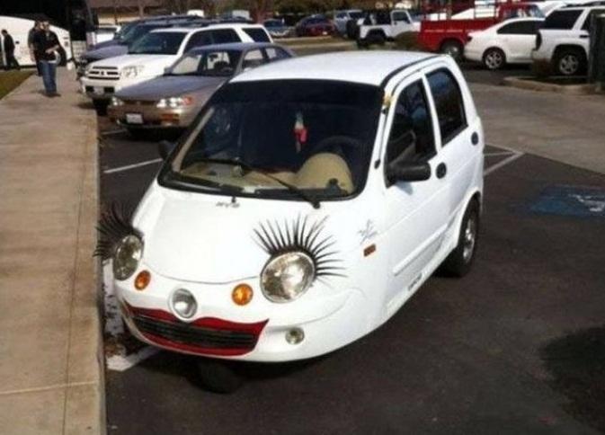 Авто с ресницами на фарах и губами на бампере