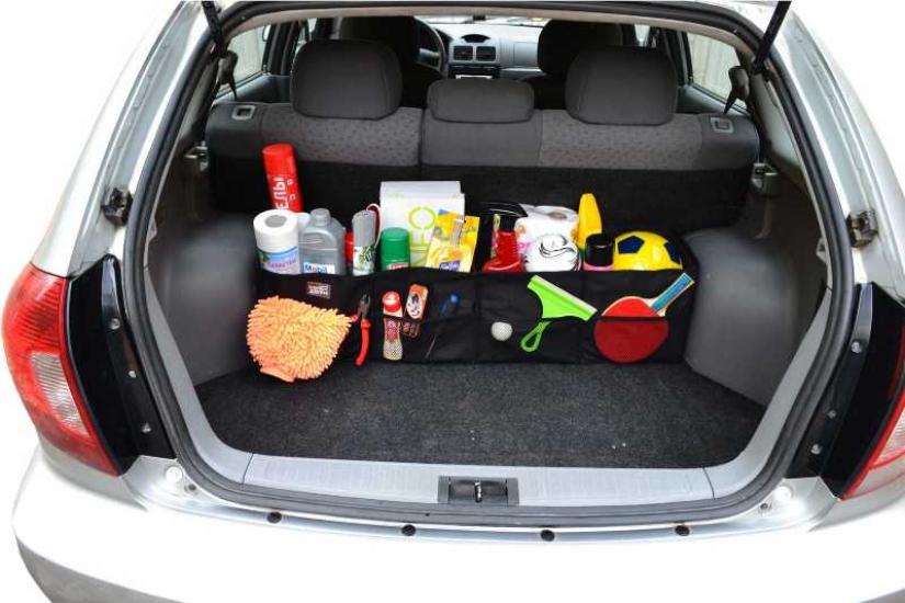 Органайзер с вещами в багажнике