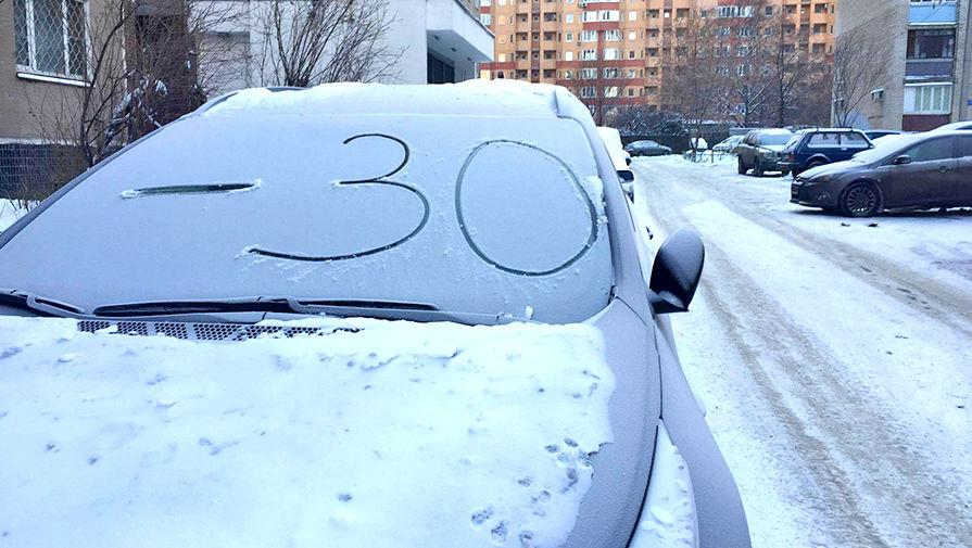Снег на лобовом стекле авто