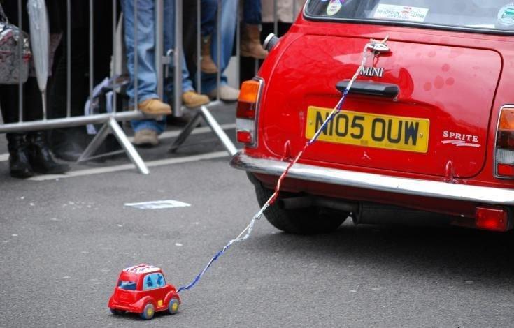 Большая машина буксирует игрушечную