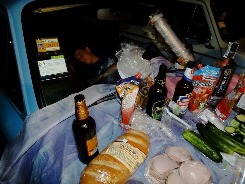 Еда и пиво в багажнике авто