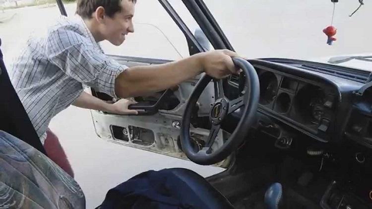 Водитель сам заводит авто с толкача