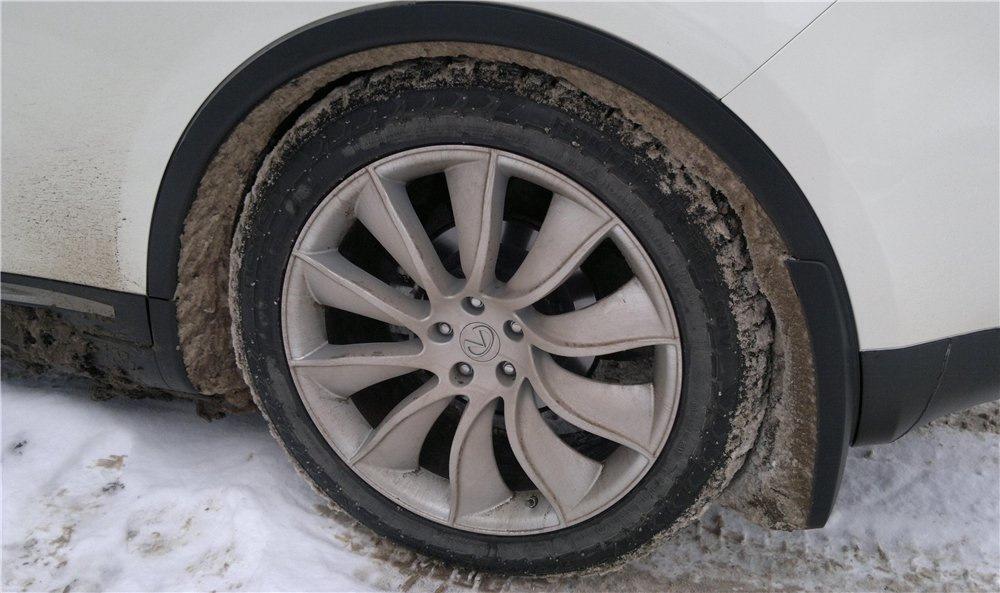 Налипший снег под арками авто