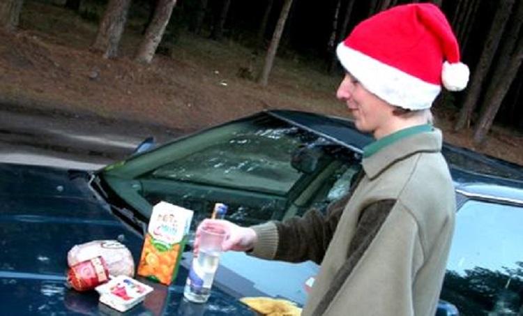 Еда и спиртное на капоте авто