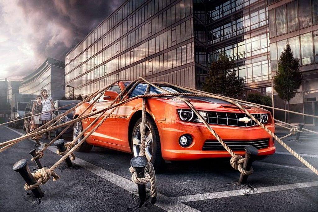 Автомобиль, привязанный веревками