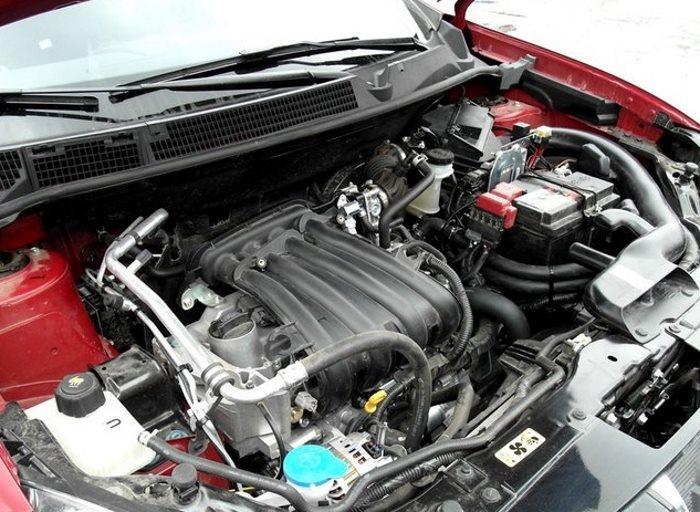 Открытый капот Lada X-RAY