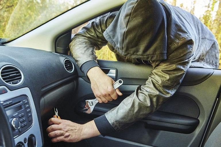 Вор в маске лезет в авто