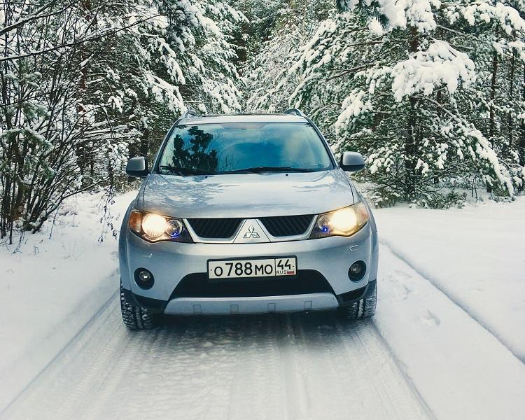Mitsubishi на зимней дороге