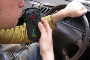 Водитель дышит в алкотестер