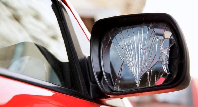 Разбитое боковое зеркало авто