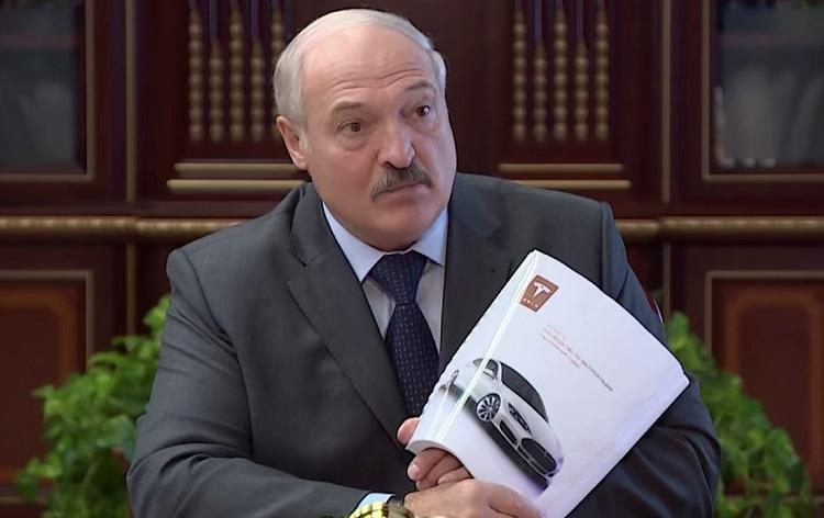 Лукашенко с изображением Теслы