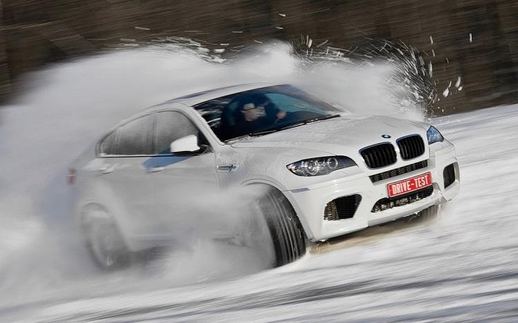 Внедорожник БМВ по снегу