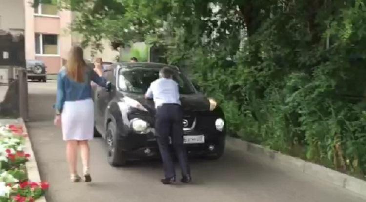 Мужчина не пропускает машину
