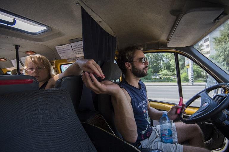 Водитель маршрутки с деньгами и телефоном