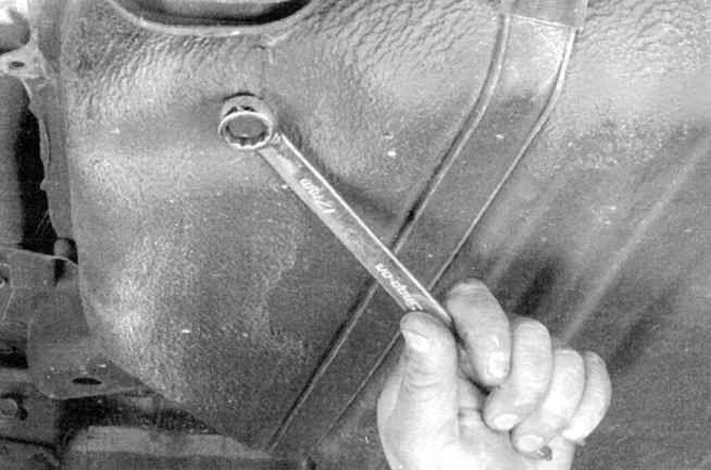 Открытие крышки слива топлива в бензобаке