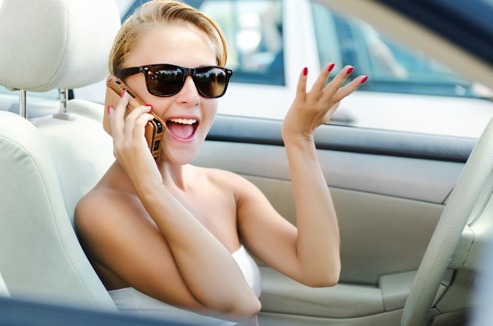 Девушка -водитель с телефоном