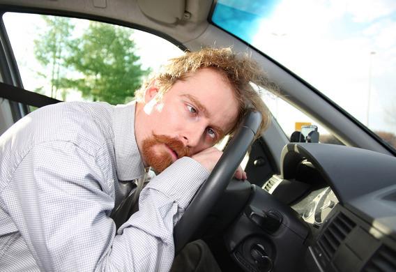 Водитель лежит на руле