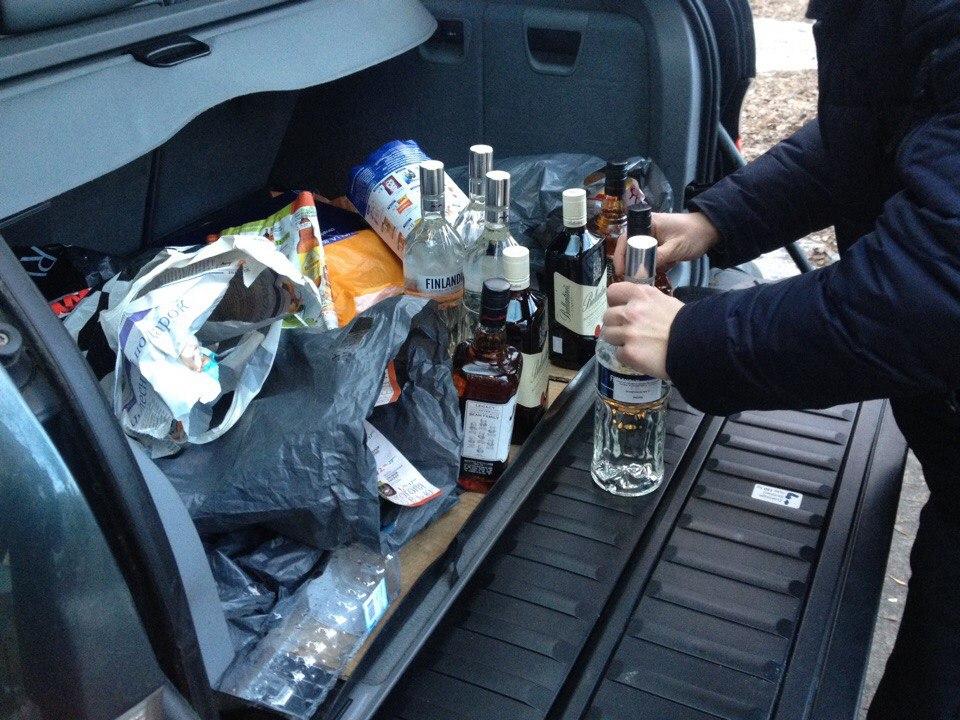 Бутылки с алкоголем в авто